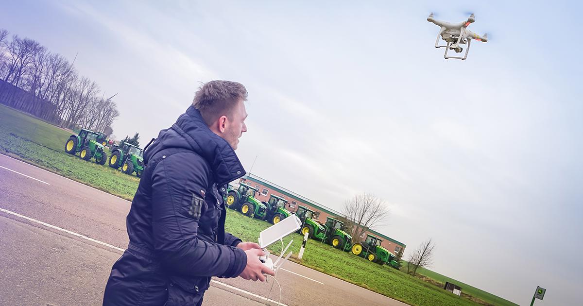 Christian lässt die Drohne im Freien fliegen