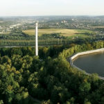 Drohnenaufnahme von Wald und Stausee