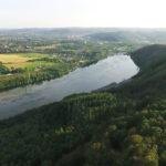 Drohnenaufnahme von Wald und Fluss