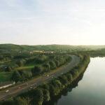 Drohnenaufnahme von einer Autobahn am Fluss