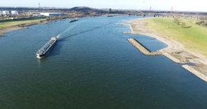Drohnenaufnahme eines Frachtschiffes auf einem Fluss