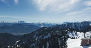 Drohnenaufnahme in einer Berglandschaft