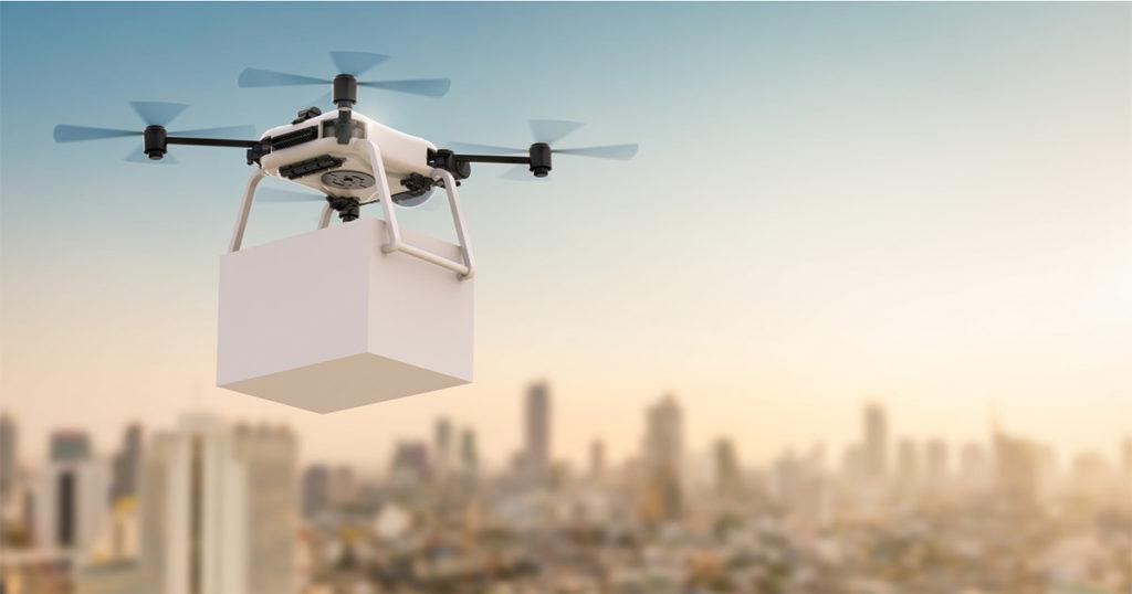 Drohne transportiert Paket über Stadt