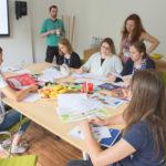 Workshop Gruppe 1 beim Erstellen des Magazins