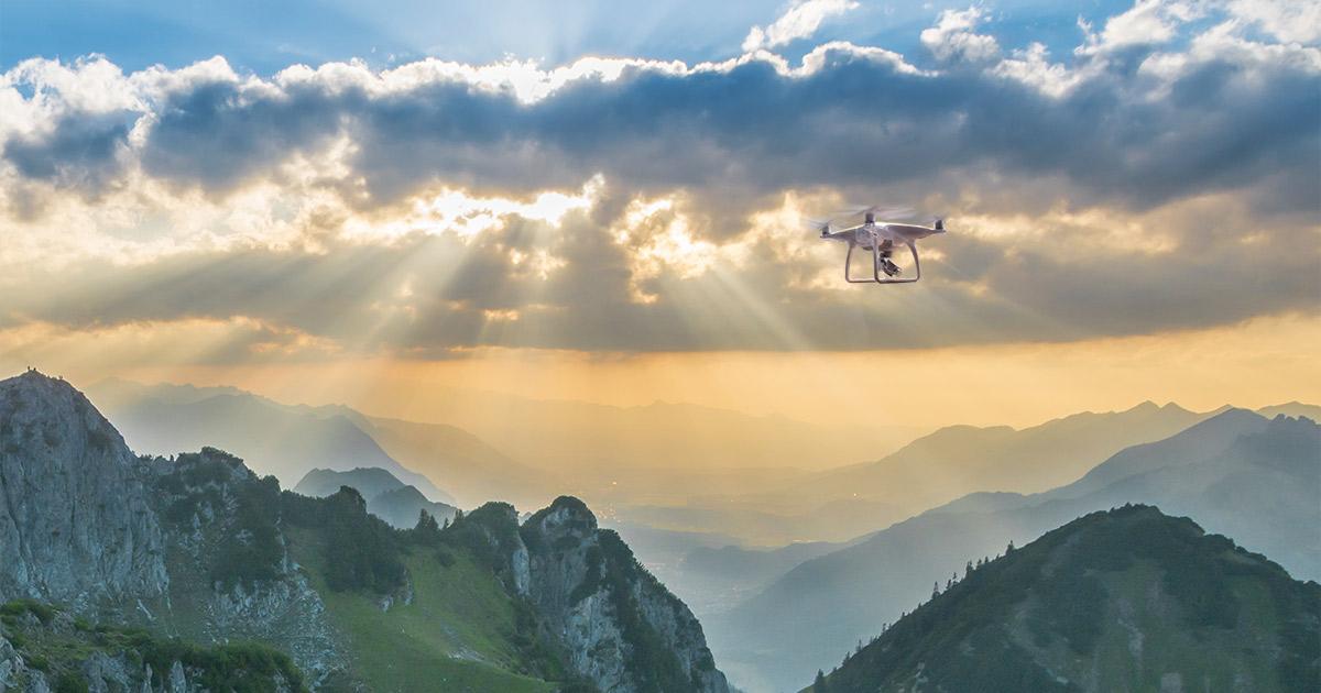 Drohne fliegt dem Sonnenuntergang entgegen