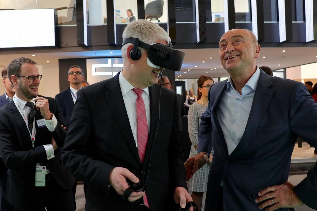 NRW-Staatssekretär Christoph Dammermann testet die von Materna TMT entwickelte Virtual Reality Anwendung auf der Expo Real 2018